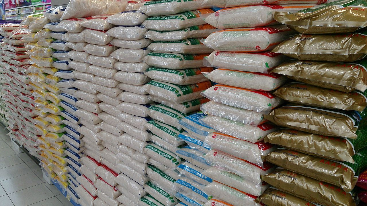 """Photo of Nigerian Officials Berate over """"Plastic Rice"""""""